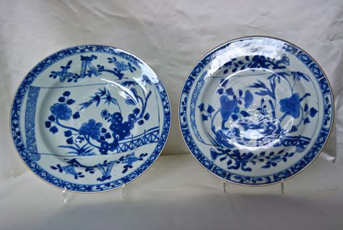 Blauw-wit borden met broken scroll decor, Kangxi periode